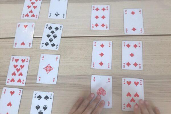 Splitshuisjes met een stok kaarten